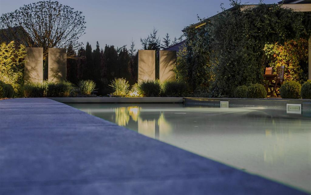 Piscine dans le jardin avec clairage tamis art bor concept for Jardin et piscine design