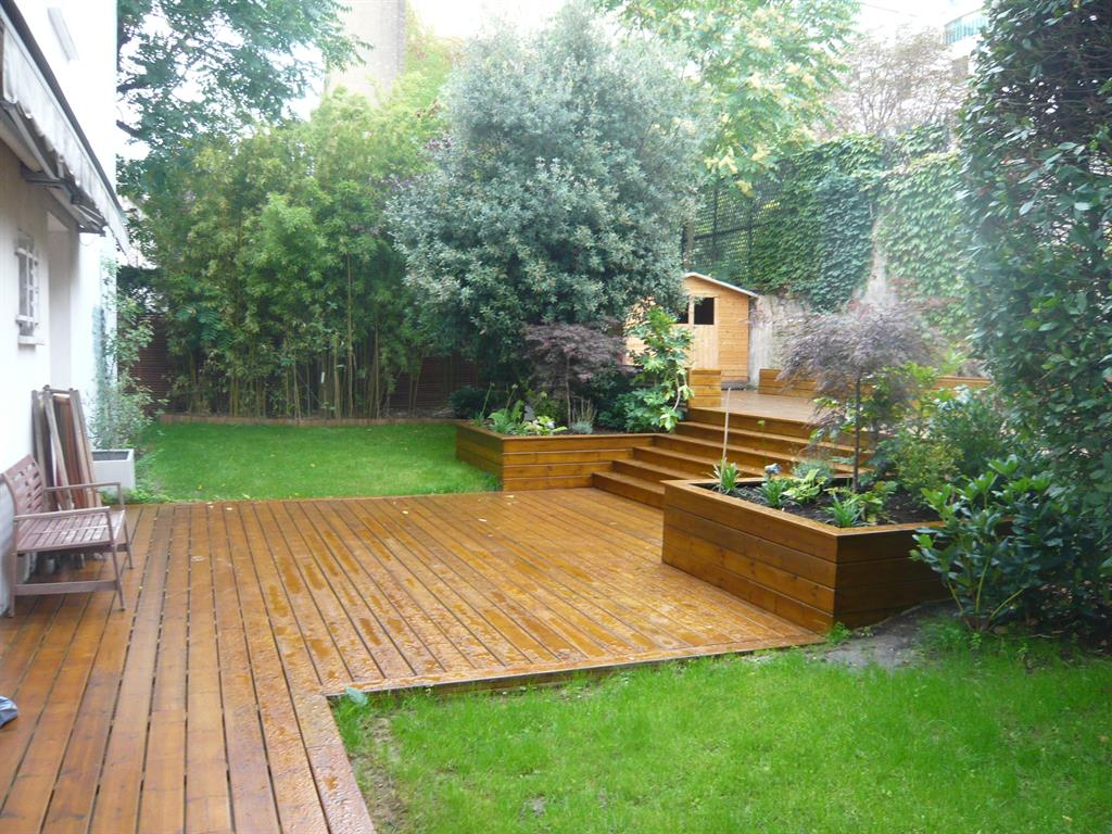 Terrasse en bois dans un jardin aménagé avec décroché