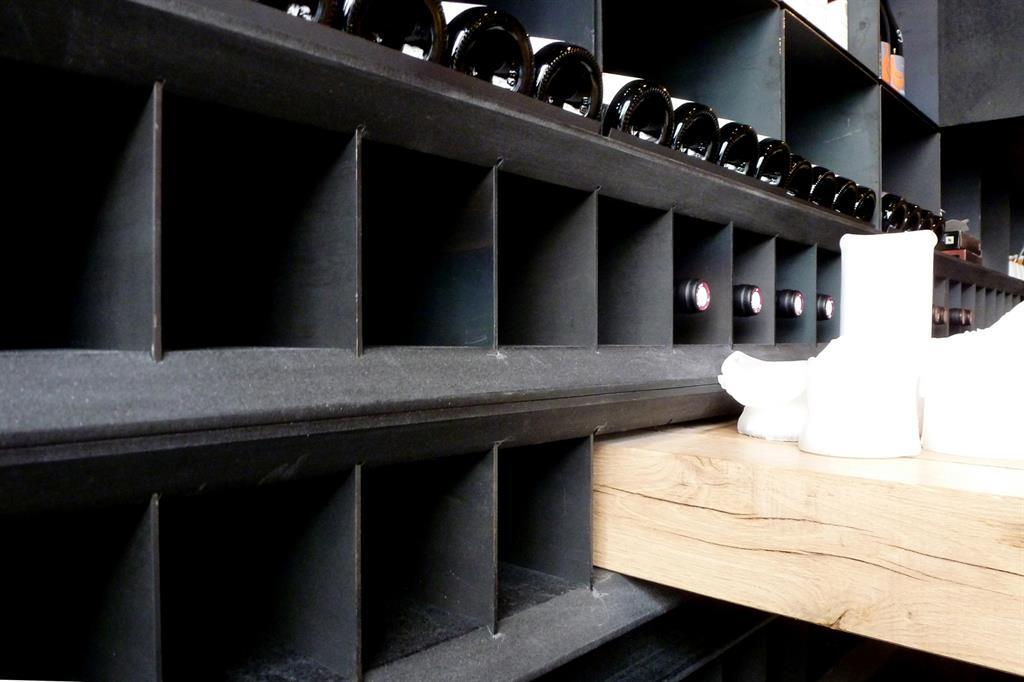 Détail / casiers à bouteilles et table d'hôte - bois brut