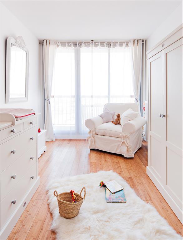 Image Dans cette chambre de bébé à la lumière tamisée par un voilage Marion Alberge Décoration