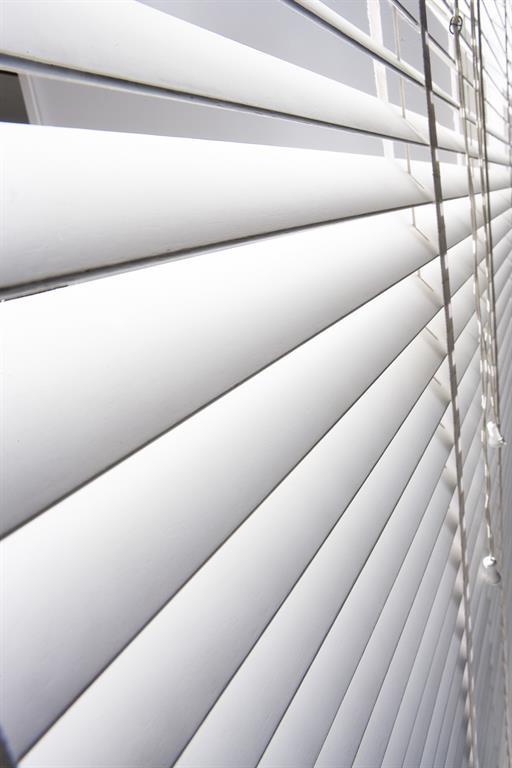 Store vénitien blanc lames de 50 mm bois