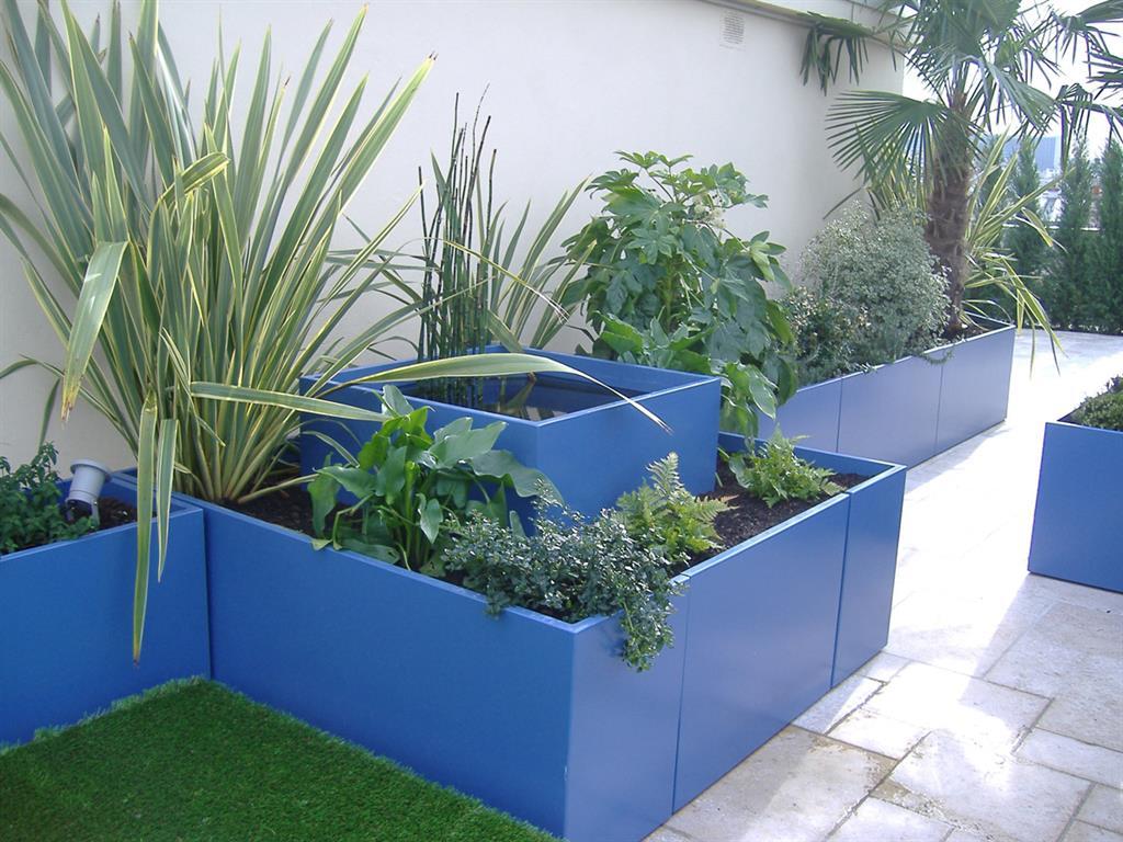 Grands bacs bleus pour la végétation