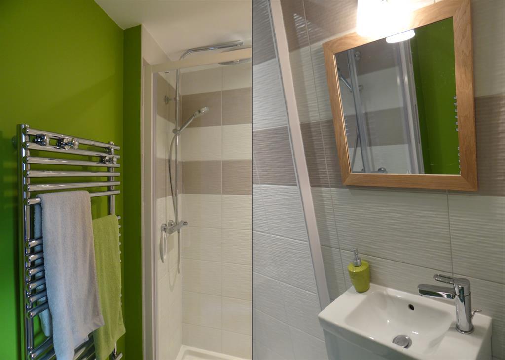 Salle de bain moderne verte et blanche Un Amour de Maison