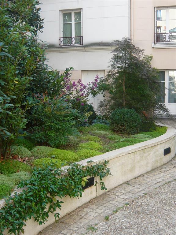 massif de plantes et muret de sout nement sc nes d 39 ext rieur. Black Bedroom Furniture Sets. Home Design Ideas