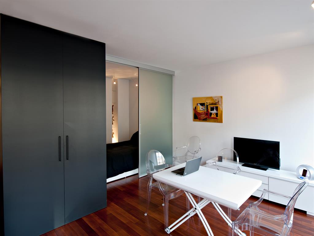 studio avec kitchenette masqu e fables de murs photo n 58. Black Bedroom Furniture Sets. Home Design Ideas