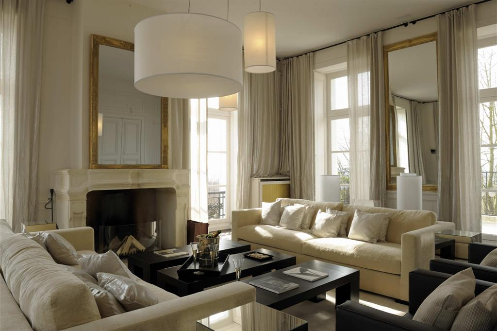 salon avec canap s blancs et voilages cr mes b reng re leroy. Black Bedroom Furniture Sets. Home Design Ideas
