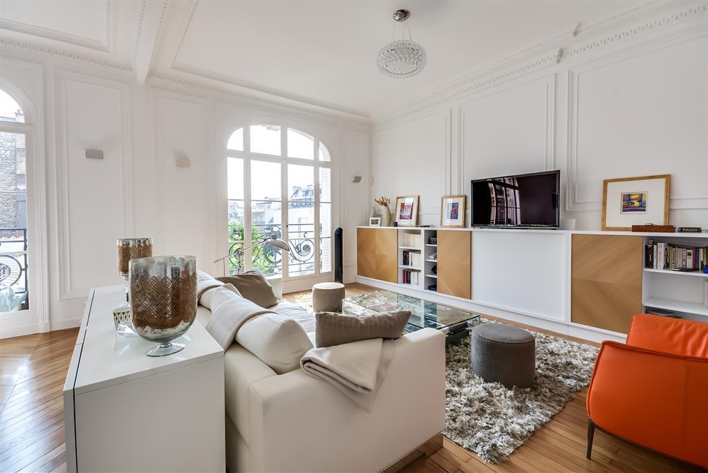 Appartement haussmannien décoré dans un style contemporain avec ...