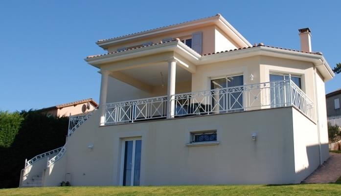 villa traditionnelle avec escalier et terrasse maisons id ales. Black Bedroom Furniture Sets. Home Design Ideas