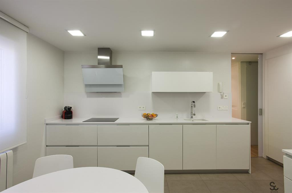 Petite cuisine moderne blanche servicons reformas for Petites cuisines design