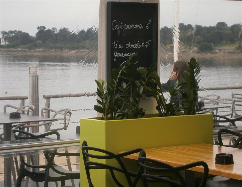 Terrasse de restaurant avec bac à plantes vert