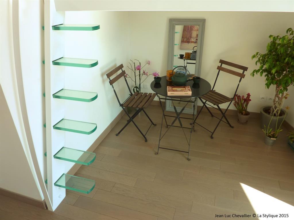 Image Cette mezzanine et cette échelle design aux marches suspendues sont une création lastylique