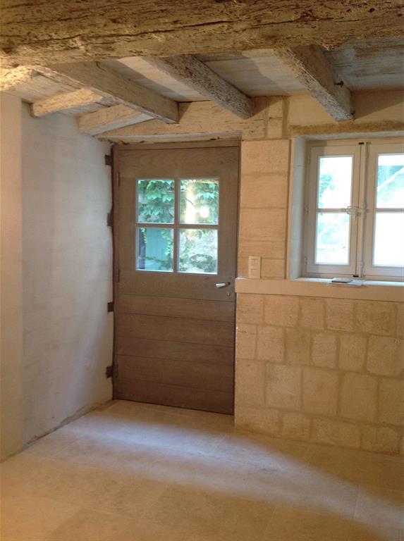 Entr e d 39 une maison traditionnelle en pierre blanche et for Entree d une maison