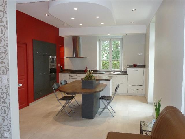 Grande cuisine avec table de repas en bois lydie gatignol - Table de cuisine moderne ...