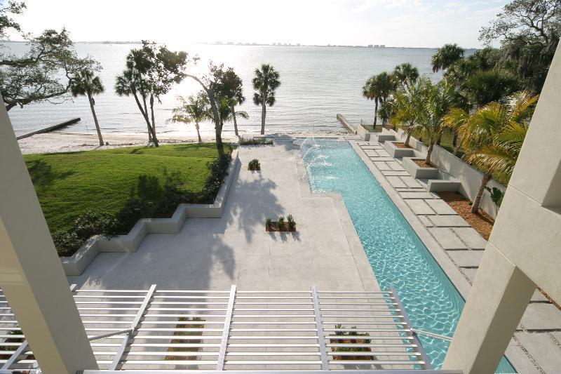 grand terrasse avec piscine en longueur avec acc s direct sur la plage. Black Bedroom Furniture Sets. Home Design Ideas