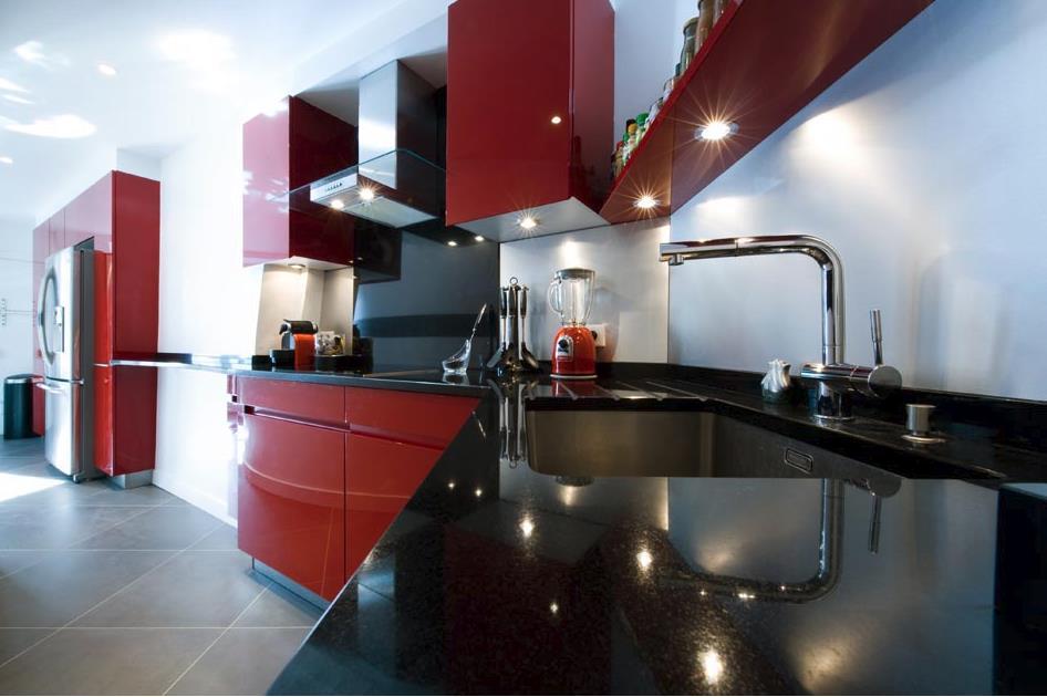 Cuisine aux meubles laqués noirs et rouges