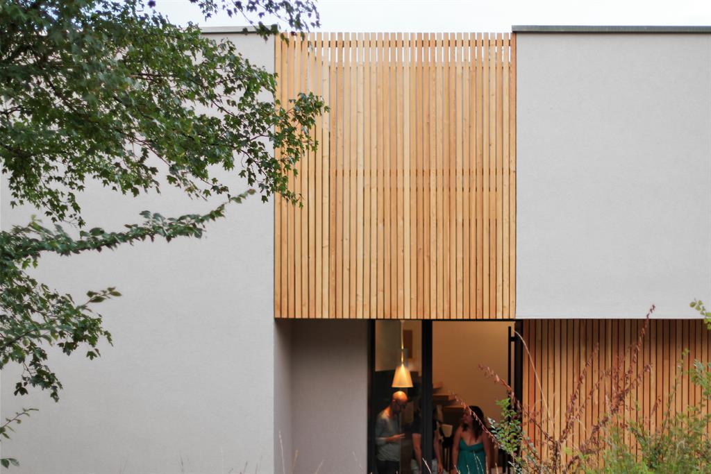 Panneaux de bois pour habiller l 39 ext rieur de la maison for Panneaux bois exterieur