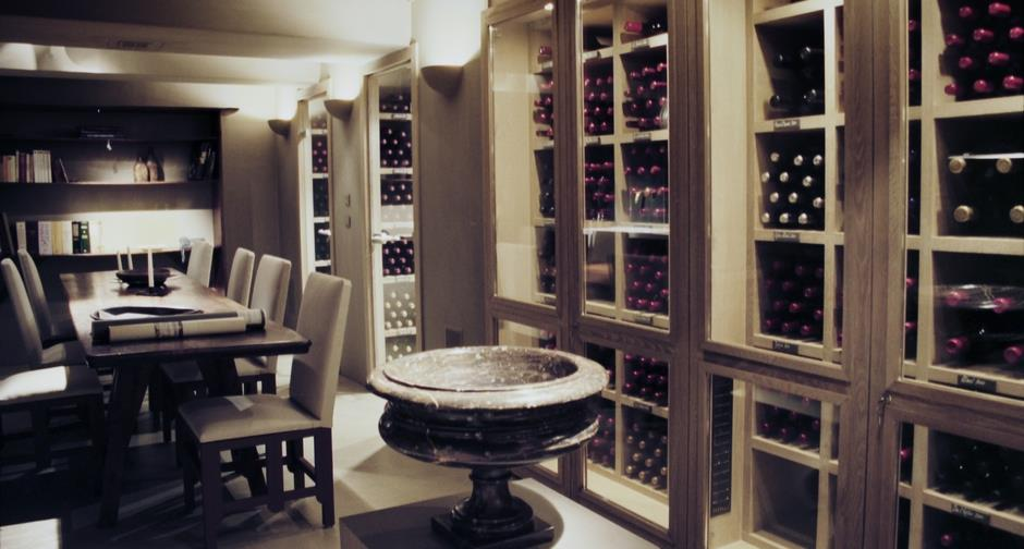 Cave vin avec bassin en marbre et table pour le repas for Cave a vin moderne