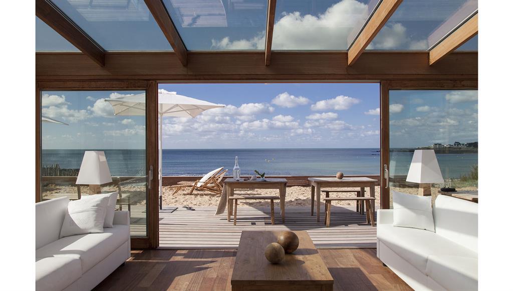 salon v randa tout en bois avec magnifique vue sur la mer. Black Bedroom Furniture Sets. Home Design Ideas