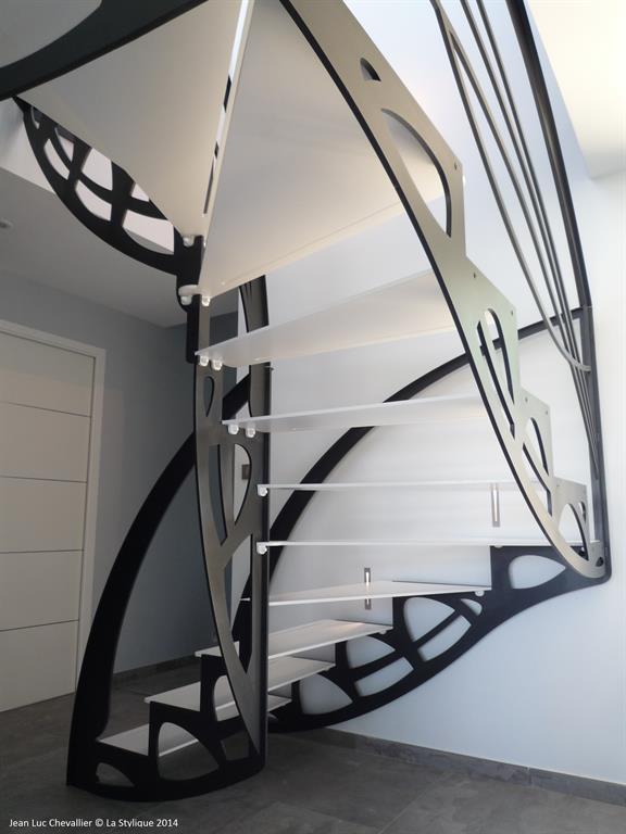 Cet escalier design double quart tournant inspiré des ailes d'un papillon