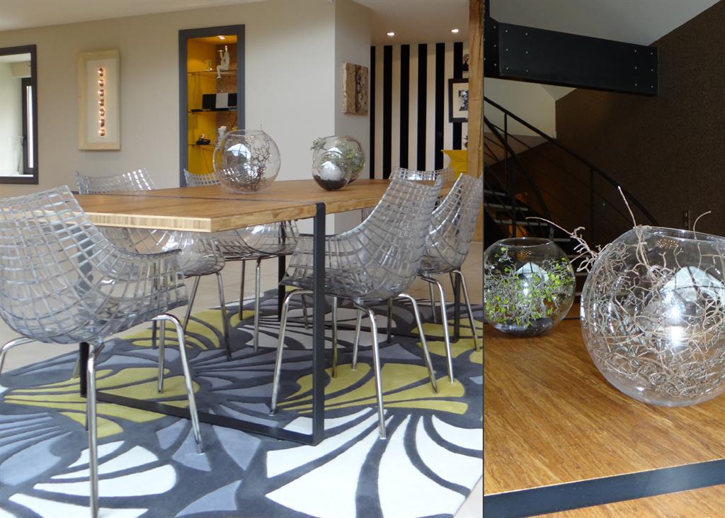 Salle manger contemporaine avec table en bois et chaises en m tal plexiglas - Table salle a manger metal et bois ...