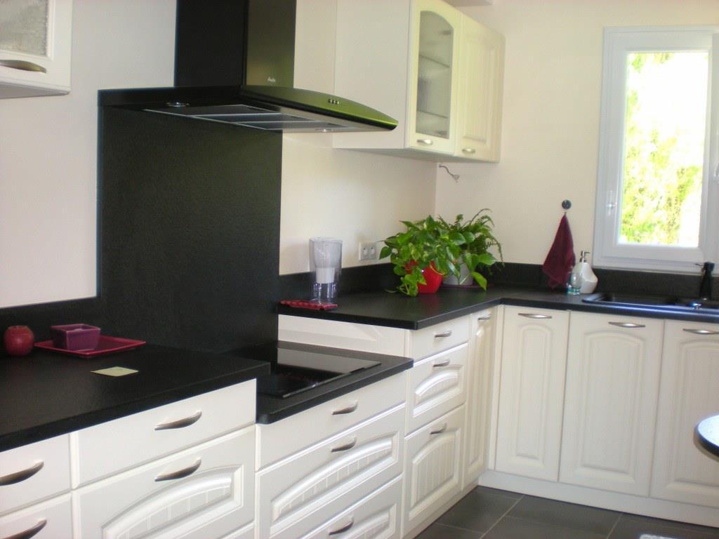Le plan de travail noir de cette cuisine classique est r alis for Cuisine plan de travail noir