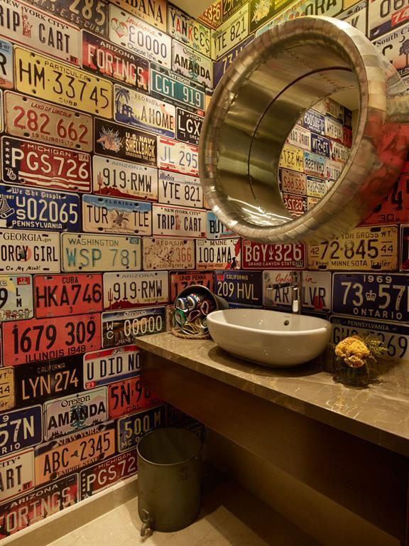 Image Une salle de bain en ancienne plaque d'immatriculation Vick Vanlian