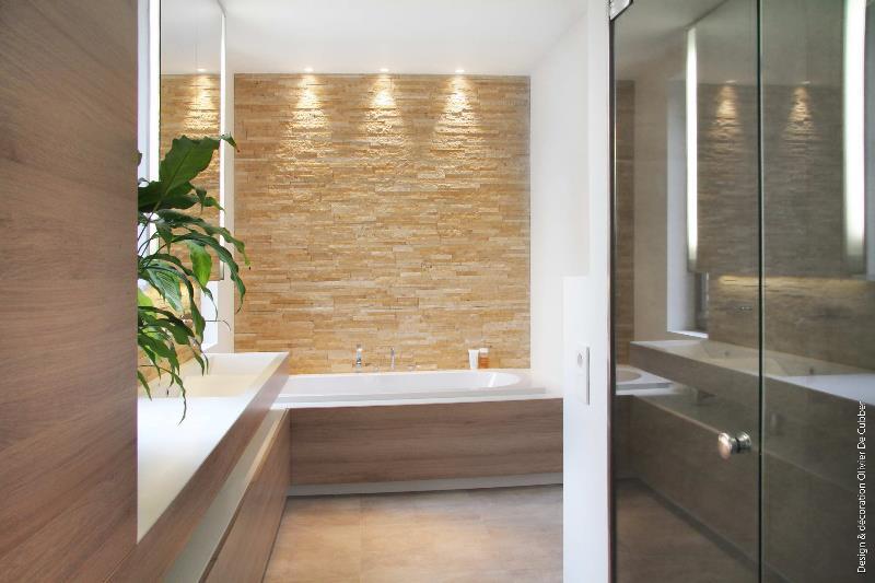 salle de bain moderne avec mur du fond recouvert de briquettes - Salle De Bain Briquette