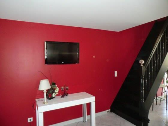 Top osez dcorer le mur a t peint en rouge vif et - Peinture mur rouge et gris ...