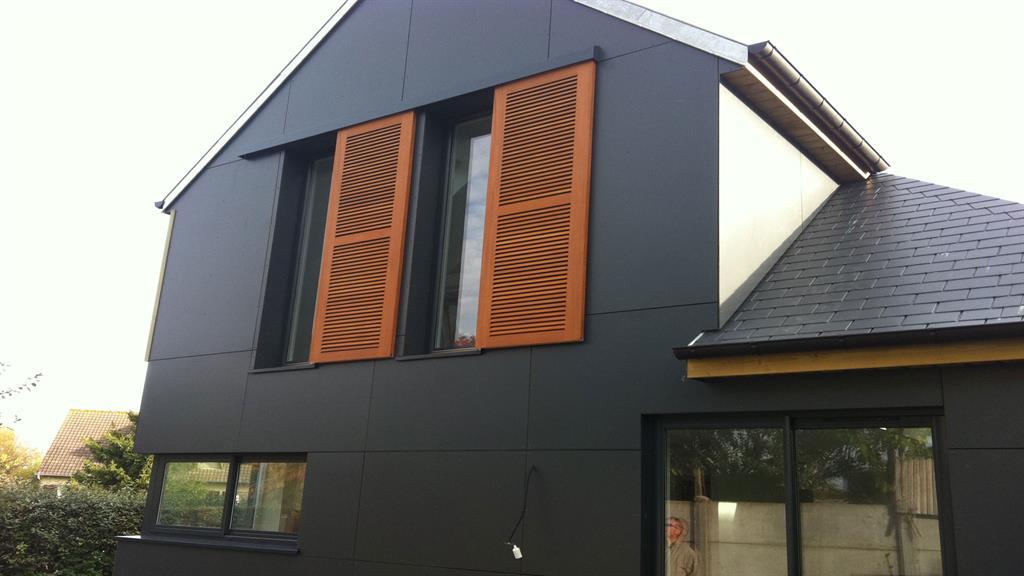 Cette partie de la maison pr sente un bardage en panneau for Photo de facade de maison moderne