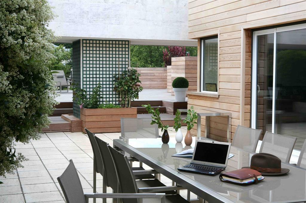 Terrasse aménagée avec bois et verdure