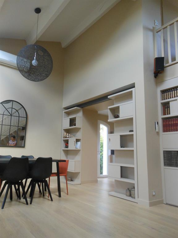 les tag res de rangements coulissent pour fermer la cuisine. Black Bedroom Furniture Sets. Home Design Ideas