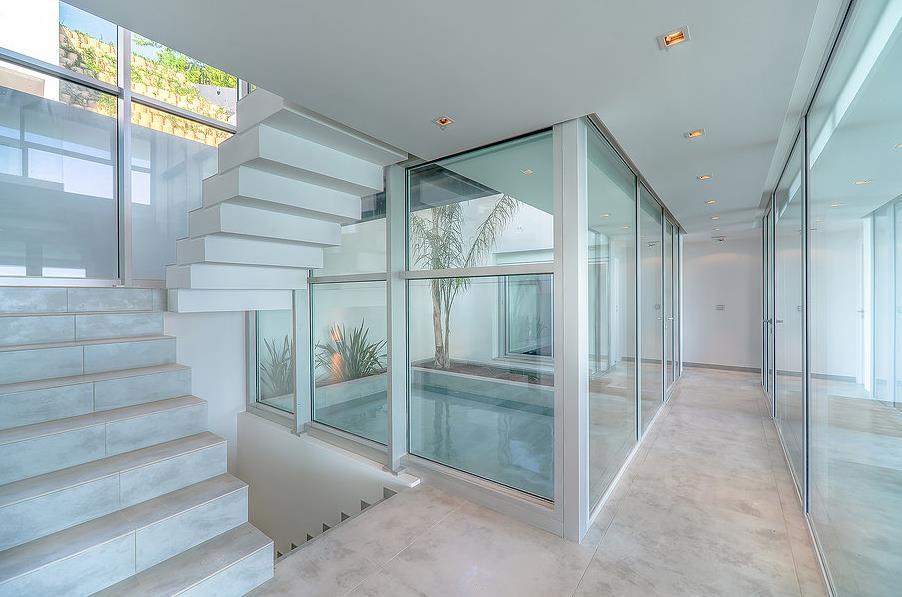Escalier couloir blanc et transparence