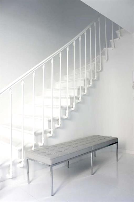 Cage d\'escalier toute repeinte en blanc avec à l\'entrée une ...