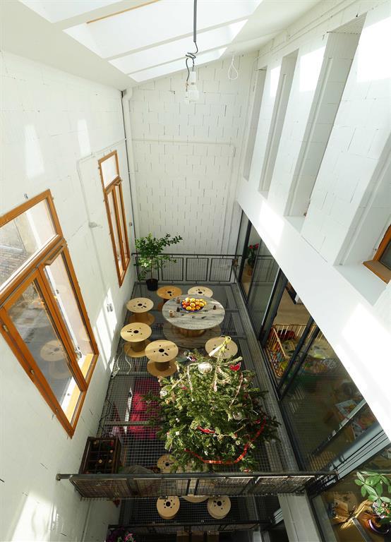 Image Serre bioclimatique avec terrasse intérieure en caillebotis métallique T3 architecture
