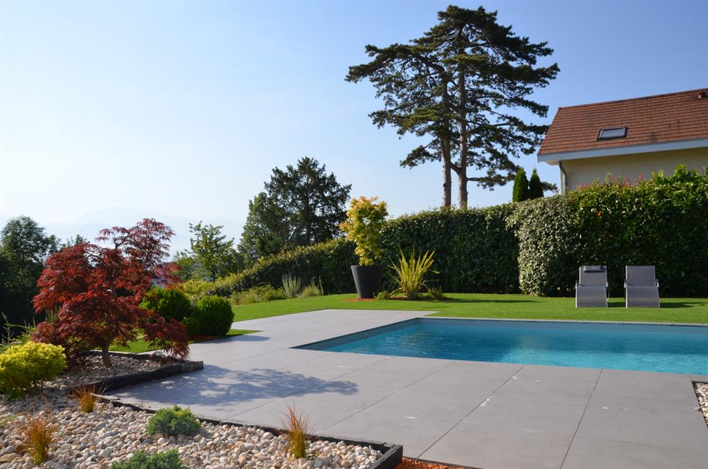 Terrasse de piscine en carrelage gris anthracite compagnie for Photo terrasse carrelage gris