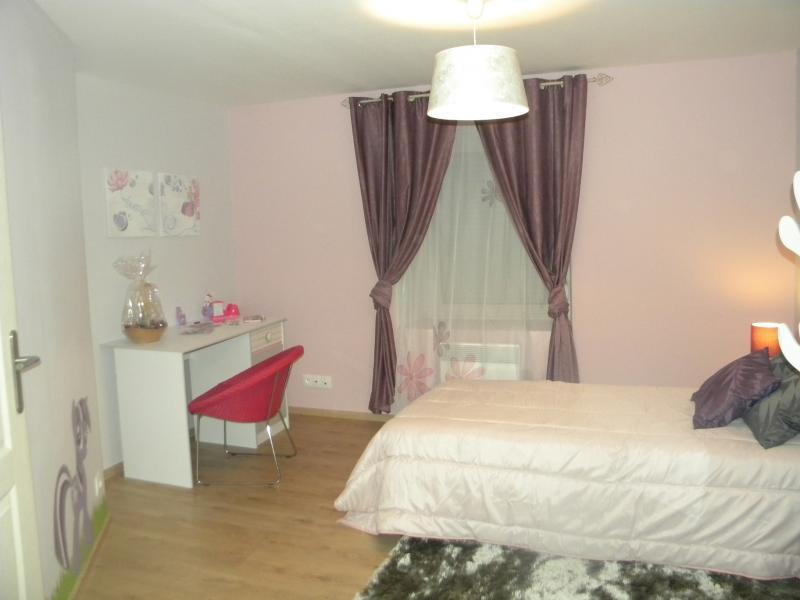 Chambre enfant, petit bureau blanc et chaise rose
