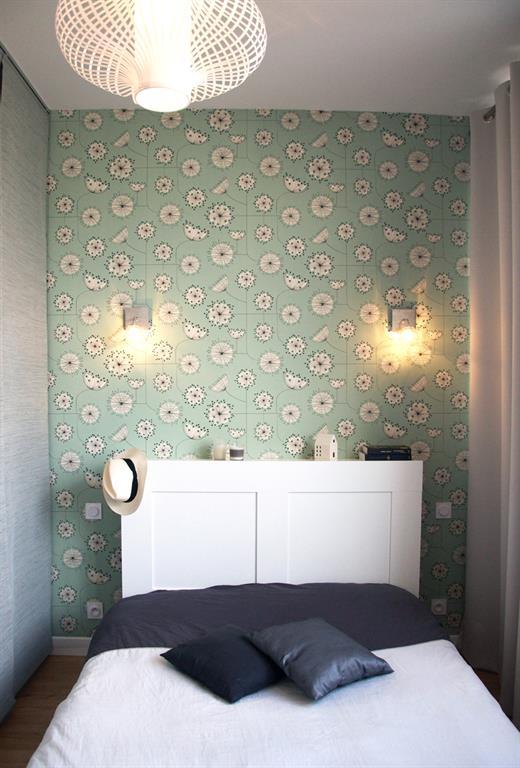 Chambre moderne avec papier peint vert d\'eau à motifs floraux