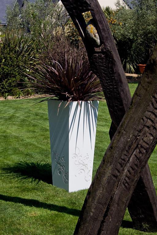 Image Bac à plante au motif floral en béton ultra haute performance Création CJCJ - Bacs Image'In