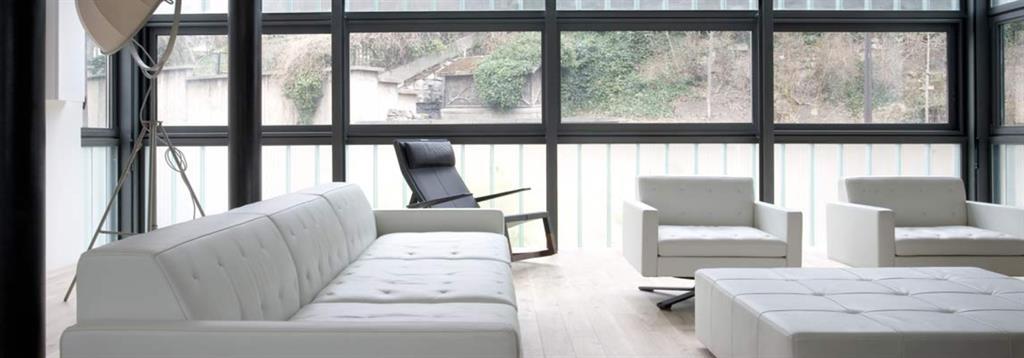Salon avec canapé et fauteuil en cuir blanc Pablo Katz