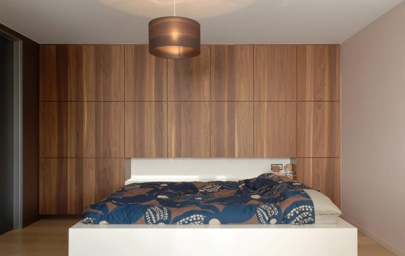 Placards contemporains en bois en t te de lit lhermitte for Chambre design bois