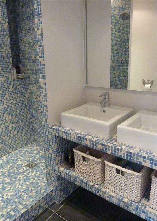 Fa ences petits carreaux en nuances de bleu les murs ont for Petit carreaux salle de bain