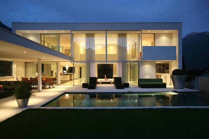 Maison contemporaine ouverte sur la terrasse et piscine for Maison bois moderne pas cher