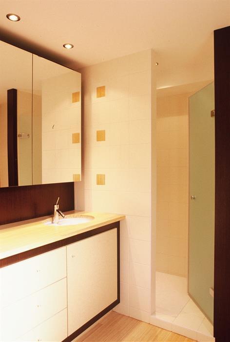 Salle de bain blanche avec sol en bambou vincent guillo architecte d 39 int - Sol bambou salle de bain ...