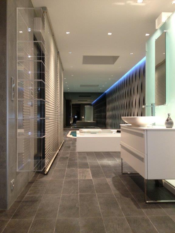 Grande salle de bain moderne tout en profondeur Germaine Bacaud