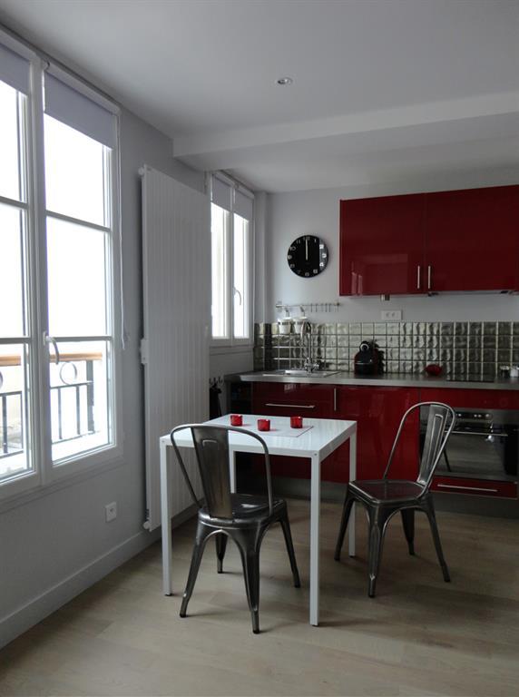 Cuisine moderne rouge et grise les murs ont des oreilles for Cuisine moderne rouge