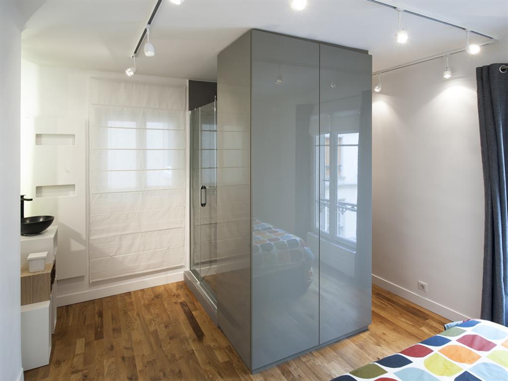 Le meuble central gris laqu d limite l 39 entr e de la chambre for Meuble chambre gris