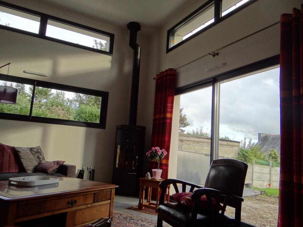 Salon avec une grande baie vitr e carre concept photo n 92 for Amenagement salon carre