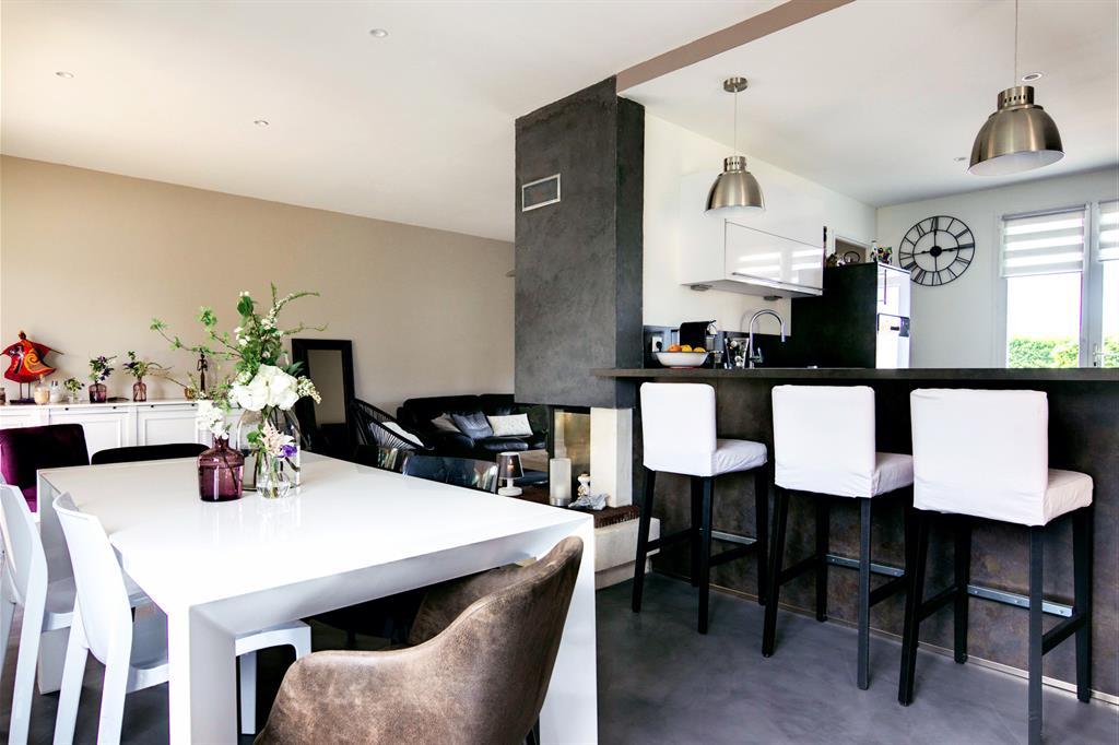 Pièce à vivre avec cuisine ouverte et grande table blanche