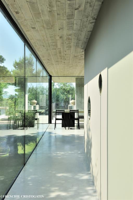 paroi vitr e sur le jardin dans le couloir bumper investments. Black Bedroom Furniture Sets. Home Design Ideas