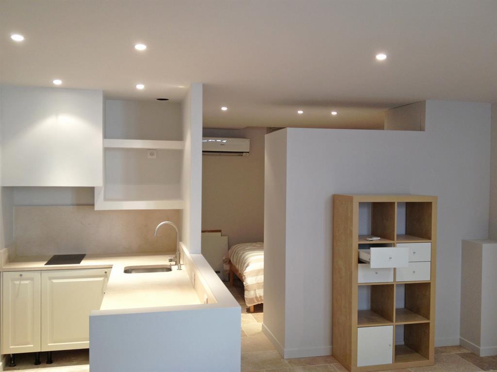 Aménagement d\'un studio dans une maison de village (30) - domozoom.com